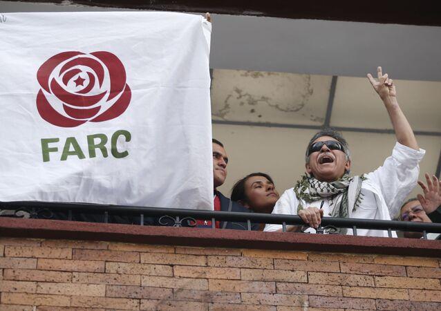 Ex-líder guerrilheiro das FARC, Seuxis Hernandez, na janela da matriz do novo partido das FARC, em Bogotá, em maio de 2019 (imagem referencial)