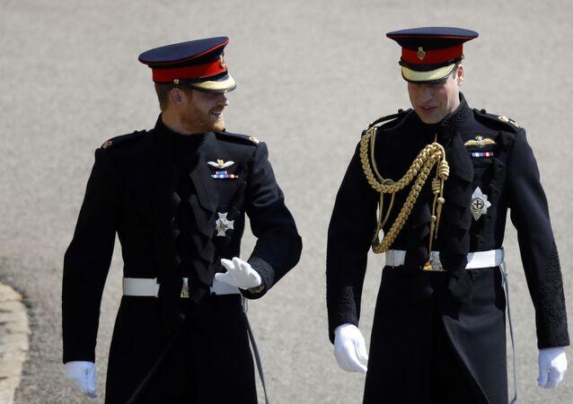 Príncipe britânico Harry, à esquerda, acompanhado de seu irmão e padrinho William, chega ao seu casamento na Capela de São Jorge, no Castelo de Windsor, em Windsor, perto de Londres, Reino Unido, 19 de maio de 2018