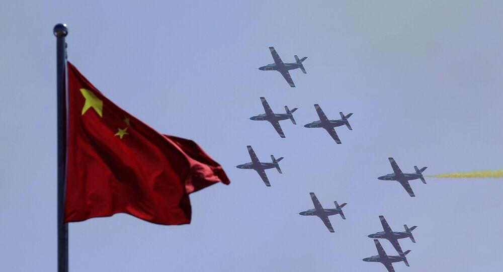 Aeronaves K-8 da equipe de acrobacia aérea da China Hongying (Águia Vermelha), apresentadas na 12ª Exposição Aeroespacial Internacional da China