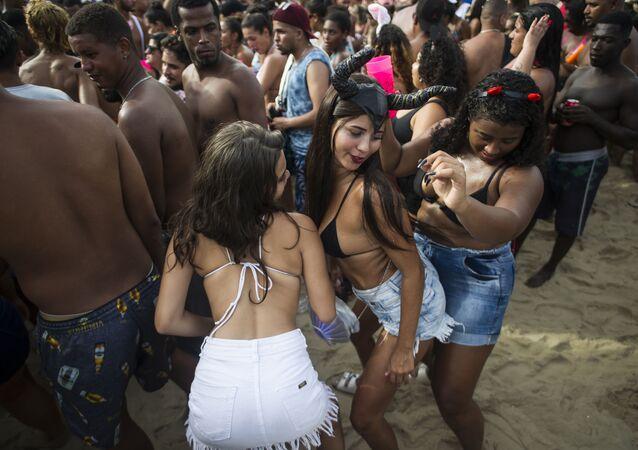 Mulheres dançam durante o Bloco da Favorita na festa de rua na praia de Copacabana, no Rio de Janeiro