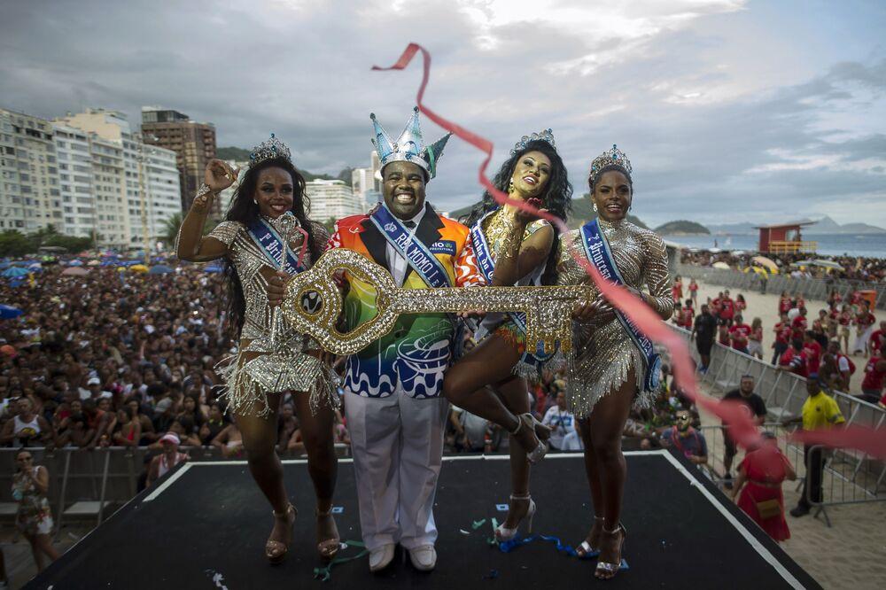 Rei Momo Djeferson Mendes da Silva segura a chave da cidade durante a cerimônia que marcou a abertura oficial do Carnaval