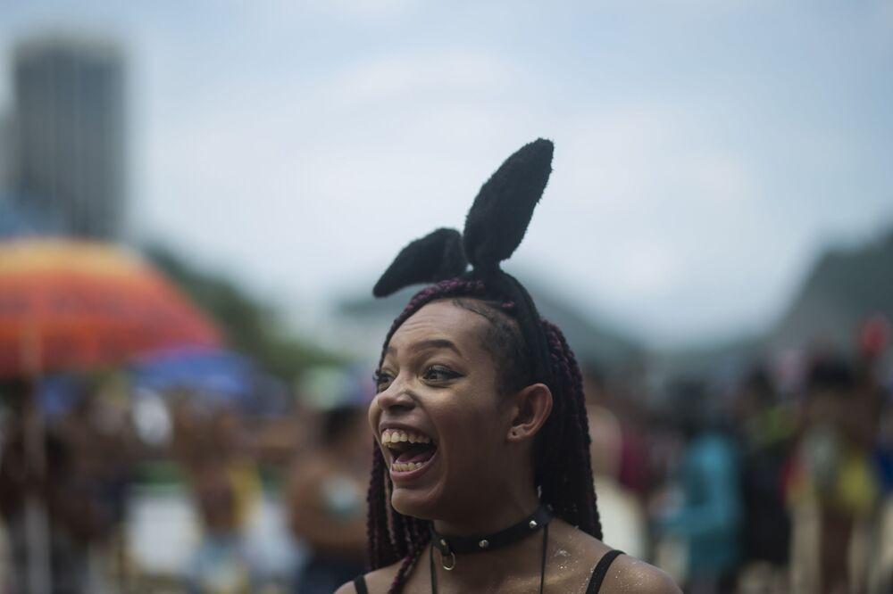 Foliã sorri durante a eleição do Rei Momo do Carnaval 2020 na praia de Copacabana, no Rio de Janeiro