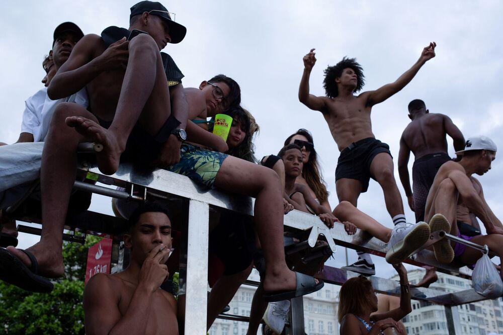 Cariocas dançam e curtem o show de abertura do Carnaval do Rio de Janeiro na praia de Copacabana