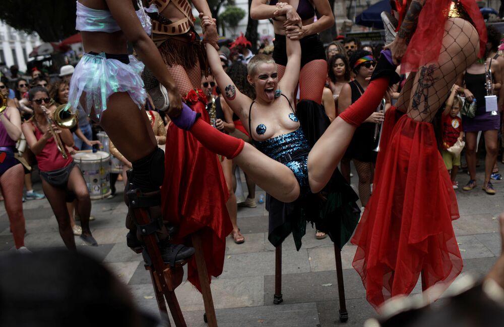 Foliãs participaram da festa anual Calcinhas Bélicas durante as festas pré-carnavalescas no Rio de Janeiro