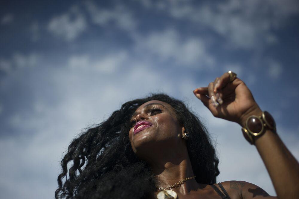 Mulher dança durante o Bloco da Favorita na praia de Copacabana, no Rio de Janeiro