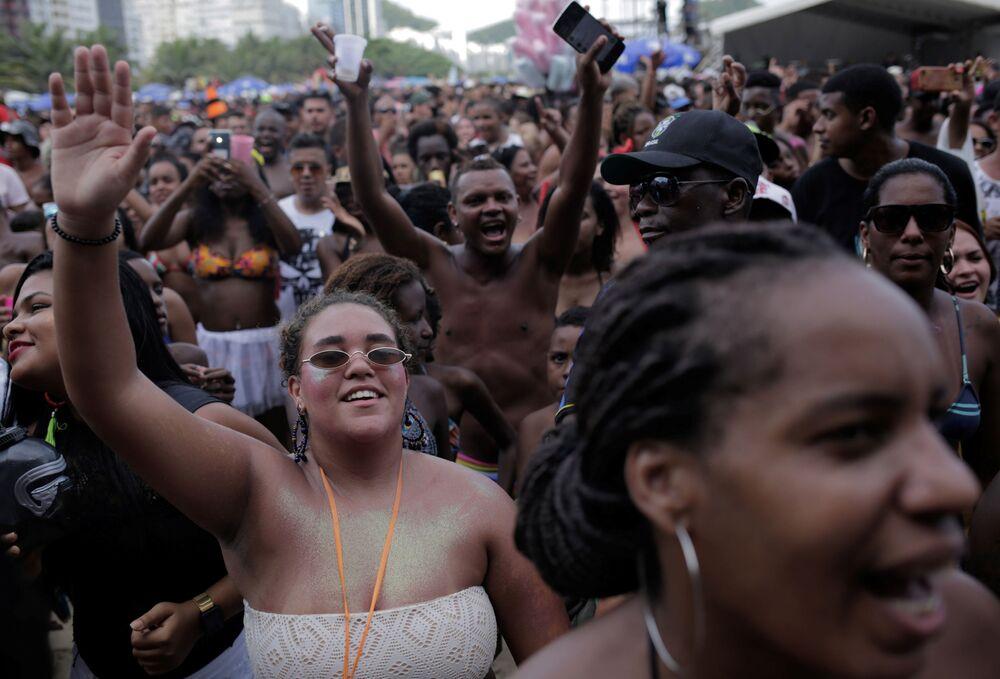 Cariocas foram em grande número para a praia de Copacabana, palco da abertura do Carnaval 2020 no Rio de Janeiro