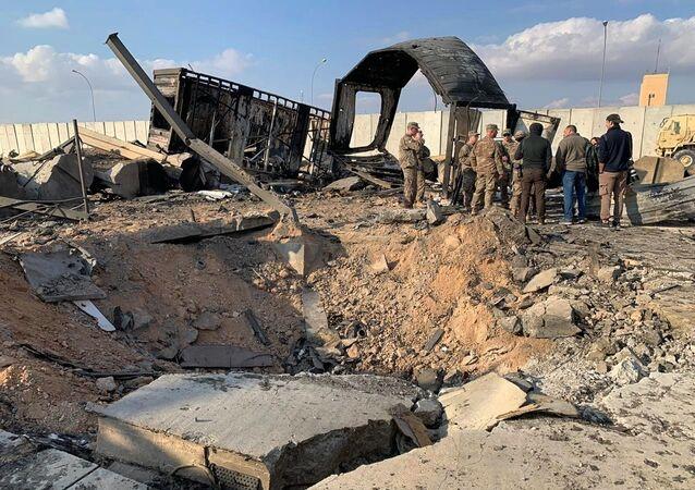 Soldados e jornalistas americanos inspecionam destruição causada por mísseis iranianos à base aérea de Ain Al-Asad, Anbar, Iraque, 13 de janeiro de 2020