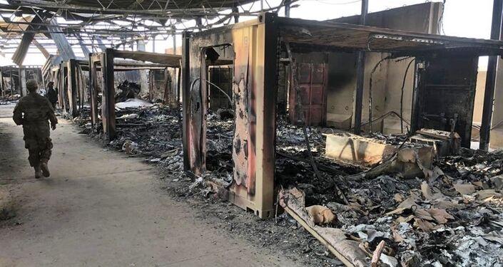 Soldados americanos passam por danos em local de bombardeio iraniano na base aérea de Ain Al-Asad, em Anbar, Iraque, 13 de janeiro de 2020