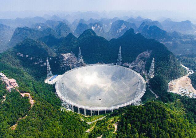 Vista aérea do Telescópio de Abertura Esférica de 500 metros (FAST) no remoto condado de Pingtang, na província de Guizhou, sudoeste da China, 24 de setembro de 2016