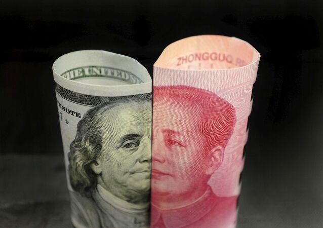 Cédula de 100 dólares americanos com representação de Benjamin Franklin e cédula de 100 yuanes com representação de Mao Zedong (foto de arquivo)