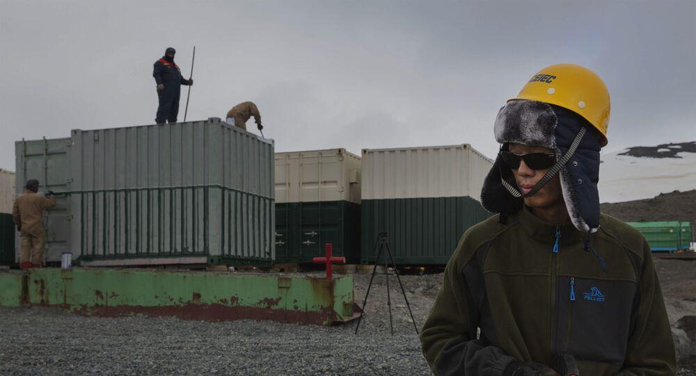 Operário chinês trabalha na construção da nova Estação Antártica Comandante Ferraz, na Ilha Rei George na Península Antártica.