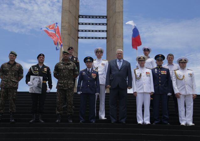 Membros da tripulação do navio Admiral Vladimirsky visitam o Monumento aos Pracinhas, no Rio de Janeiro
