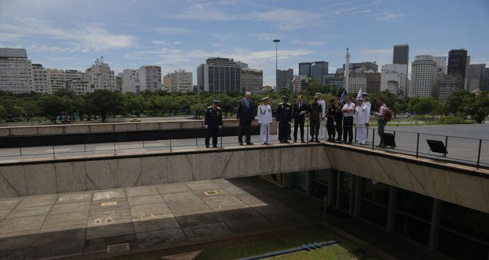 Tripulação da expedição do navio Admiral Vladimirsky faz uma visita guiada pelo Monumento aos Pracinhas