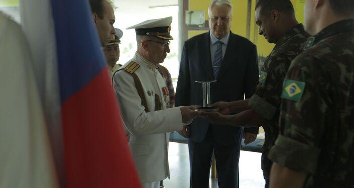 Representantes do Exército Brasileiro presenteiam membros da Marinha russa com miniatura do Monumento aos Pracinhas
