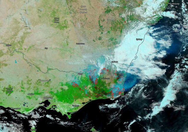 Imagem feita pelo satélite Suomi NPP mostra os incêndios no leste da Austrália com fumaça e nuvens saindo das áreas afetadas pelo incêndio, 13 de janeiro de 2020