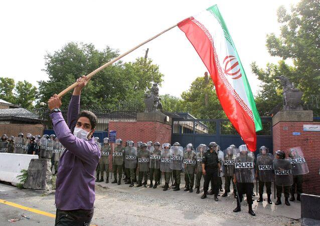 Protestos na frente da embaixada do Reino Unido em Teerã (foto de arquivo)