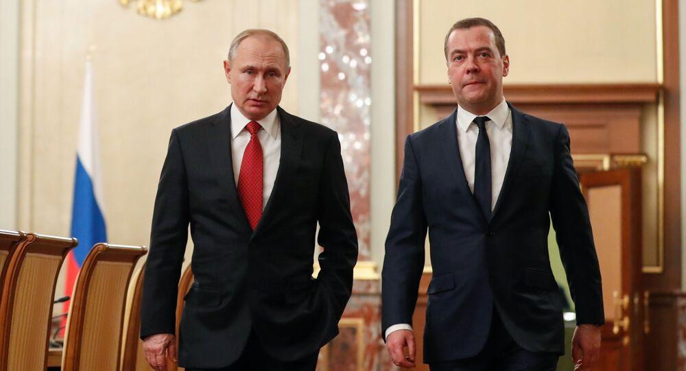 Presidente da Rússia, Vladimir Putin, e premiê, Dmitry Medvedev, antes do encontro com membros do governo em que foi anunciada a renúncia do governo