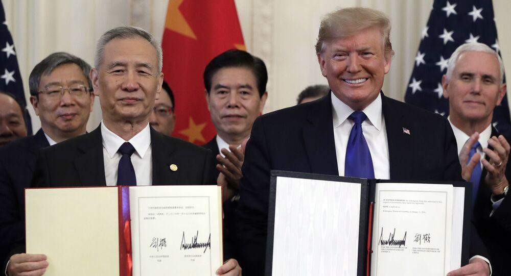 O presidente dos EUA, Donald Trump, e o vice-premiê da China, Liu He, durante cerimônia de assinatura do acordo comercial entre os dois países na Casa Branca (foto de arquivo)