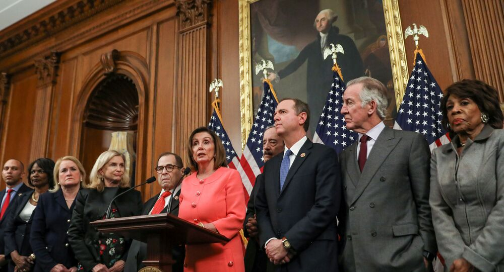 Nancy Pelosi e outros deputados assinam os documentos referentes ao processo de impeachment do presidente Donald Trump