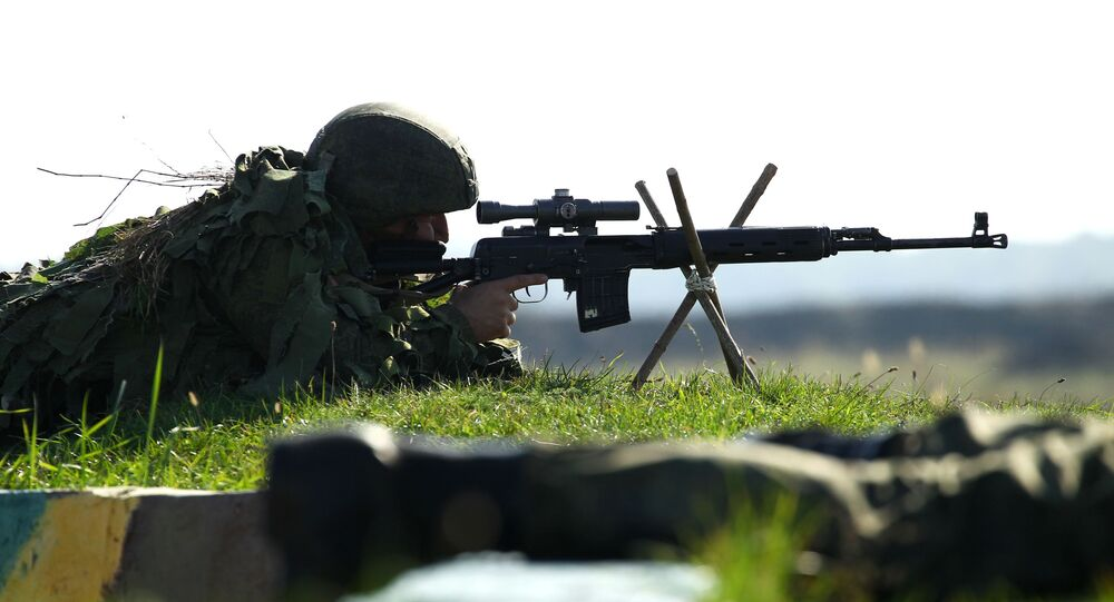 Franco-atirador usa fuzil de precisão SVD em exercício na região russa de Krasnodar (foto de arquivo)