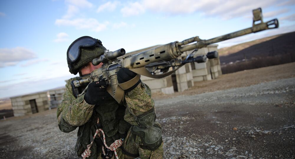 Franco-atirador russo durante exercício no polígano de Raevsky, em Novorossiysk, Rússia (foto de arquivo)