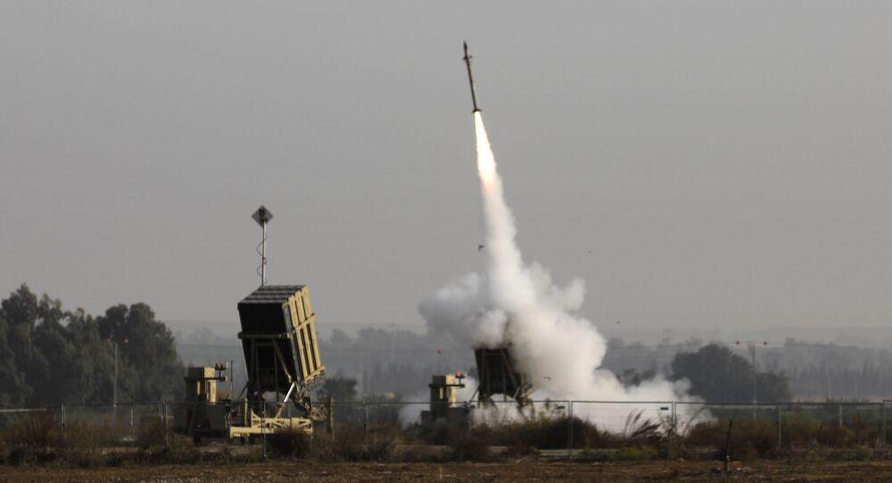 Um míssil israelita sendo lançado do sistema de mísseis de defesa Cúpula de Ferro, concebido para interceptar e destruir foguetes de curto alcance e munições de artilharia