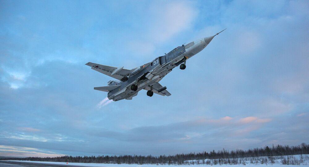 Caça-bombardeiro Su-24 durante treinamento de pilotos das esquadrilhas de caças e bombardeiros em aeronaves MiG-31 e Su-24