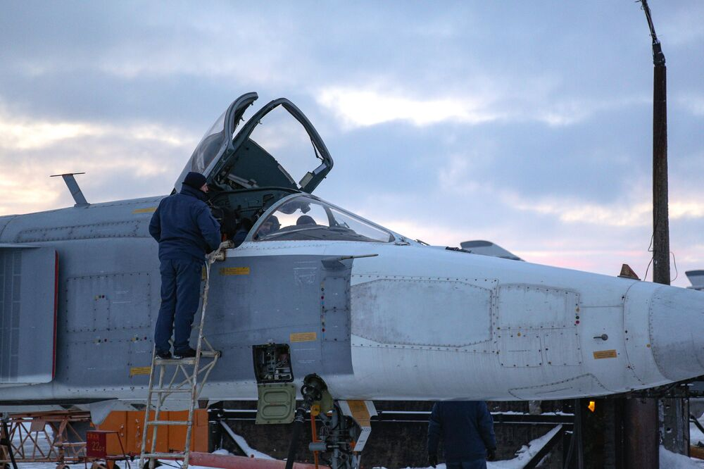 Avião Su-24 sendo preparado para voos de treinamento na região russa de Murmansk