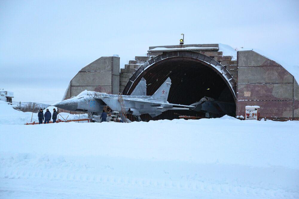 Aeronaves Su-24 antes do início de voos de treinamento na região russa de Murmansk