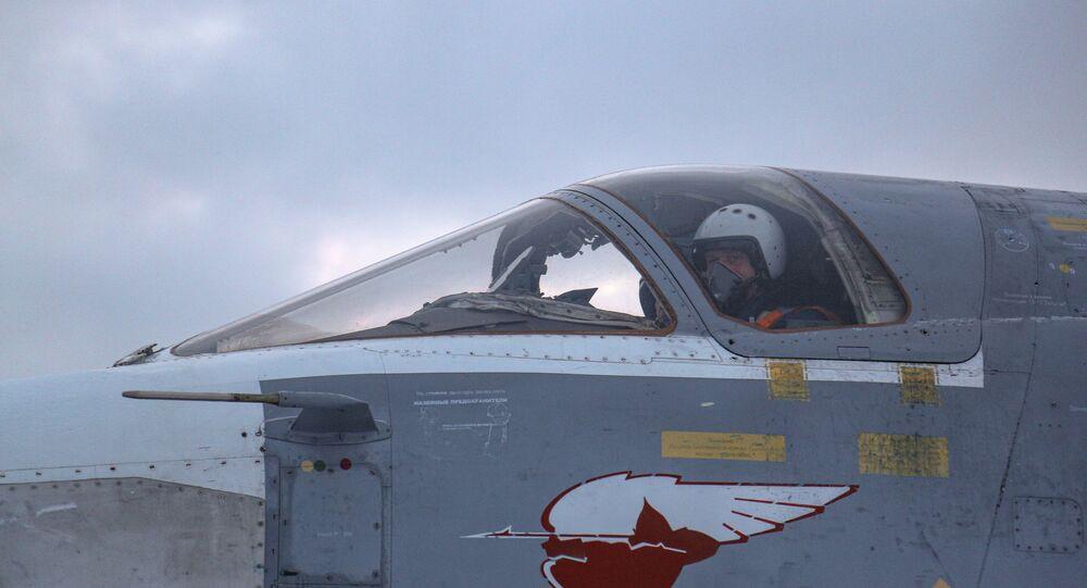 Piloto na cabine de seu Su-24 durante voos de treinamento realizados na região de Murmansk