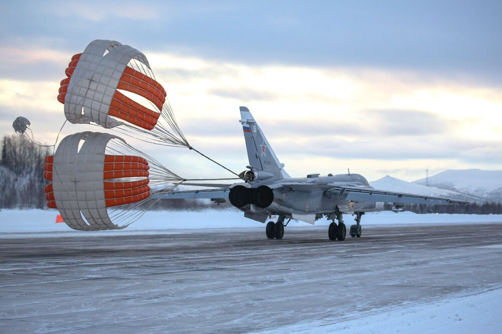 Avião Su-24 completando sua aterrissagem durante treinamento na região russa de Murmansk