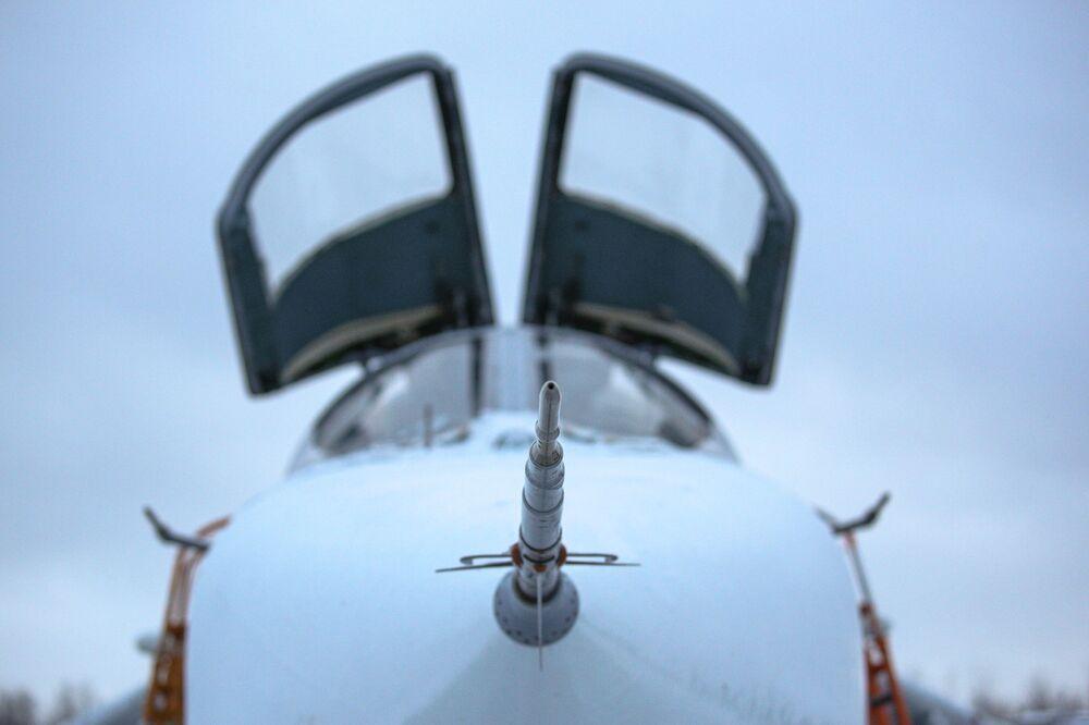Nariz de um caça-bombardeiro Su-24 durante treinamento na região russa de Murmansk