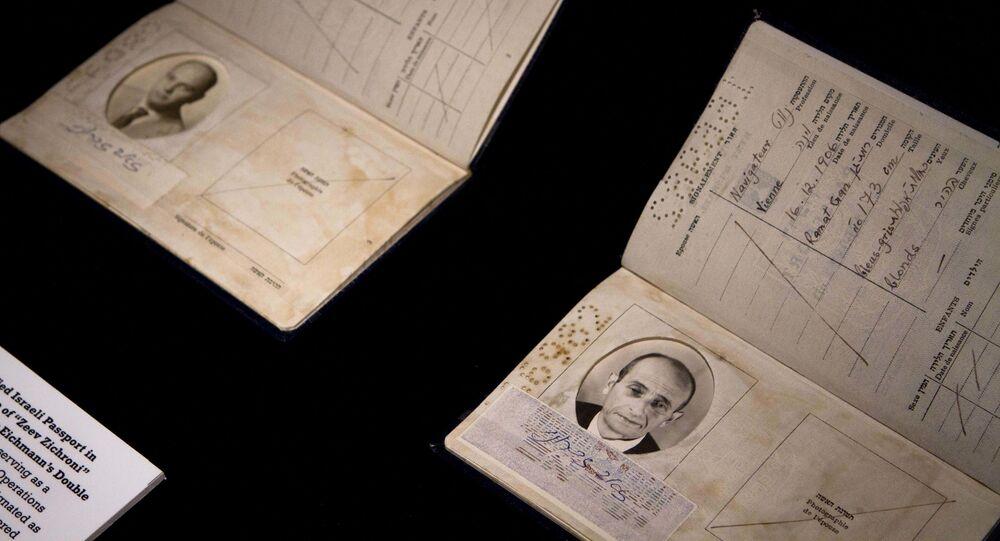 Um passaporte israelense falso usado para contrabandear Adolf Eichmann para fora da Argentina como parte da exposição Operação Final, que revela a história por trás da operação mais lendária de sempre da agência de espionagem Mossad.
