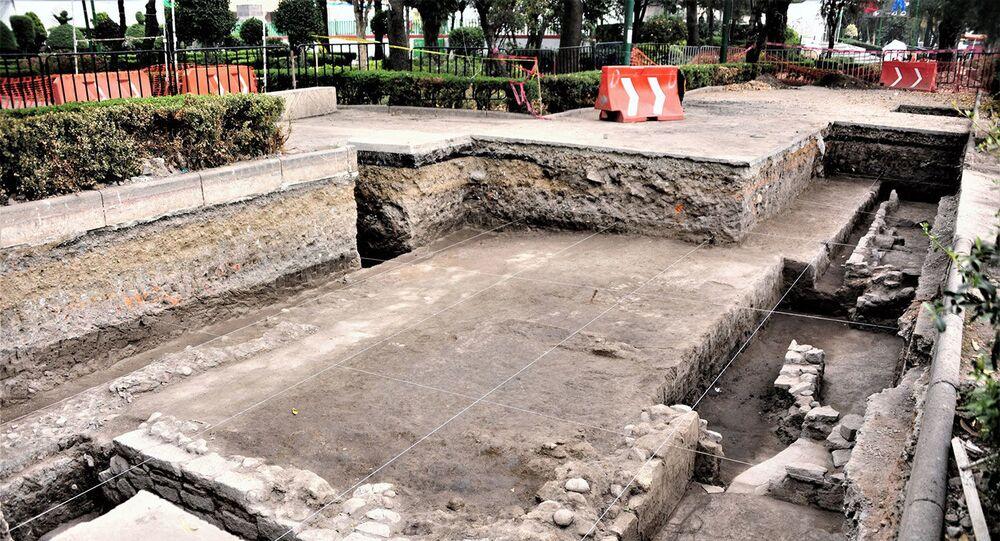 Fundamentos de uma casa pré-hispânica descobertos por arqueólogos na Cidade do México