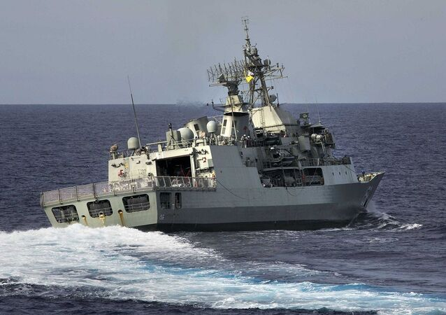 Fragata australiana HMAS Toowoomba em busca do voo MH370 no oceano Índico (foto de arquivo)