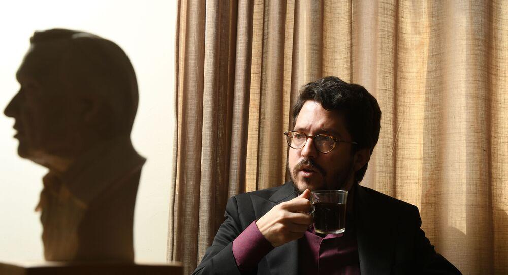 O diretor Josias Teófilo e o busto de Olavo de Carvalho, em sua casa em São Paulo