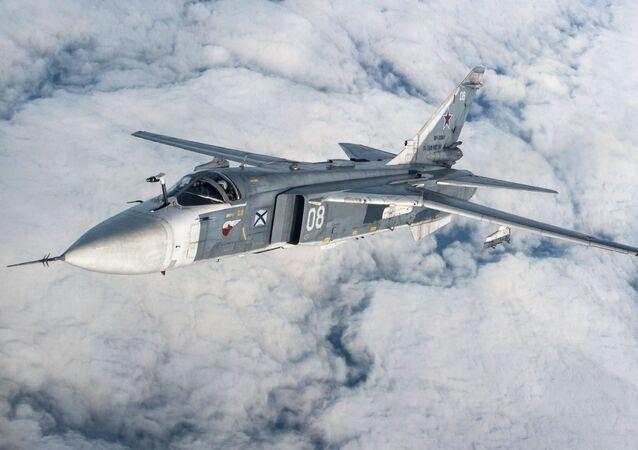 Caça-bombardeiro Su-24M da Frota do Mar Negro durante um treino tático