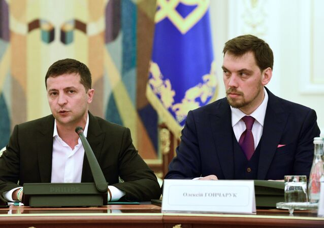 O presidente da Ucrânia, Vladimir Zelensky, com o primeiro-ministro do país, Aleksei Honcharuk (arquivo)