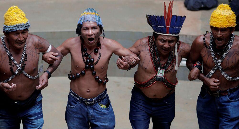 Índios da tribo Munduruku dançam durante uma conferência em prol dos indígenas em Brasília
