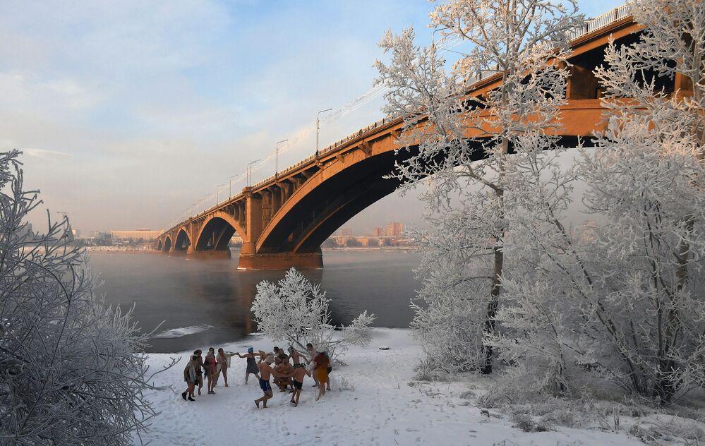 Pessoas dançando nas margens do rio siberiano Yenisei na região de Krasnoyarsk, na Rússia