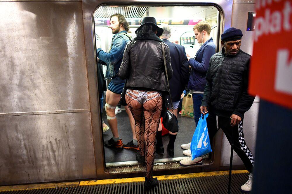 Participantes do Passeio de Metrô Sem Calças anual dentro do metrô de Nova York, em 12 de janeiro de 2020