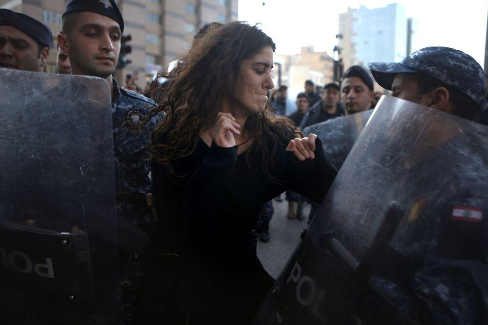Manifestante e agentes da polícia libanesa em Beirute