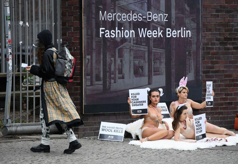 Ativistas durante a Semana da Moda de Berlim, Alemanha