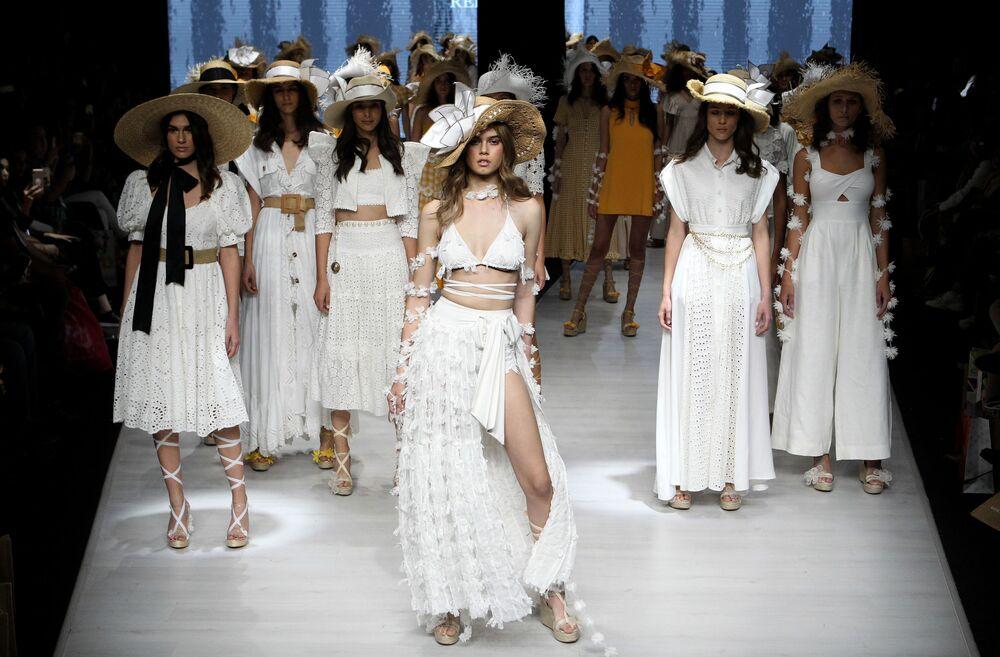 Modelos apresentam criações da coleção primavera-verão em Guadalajara, México, 15 de janeiro de 2020