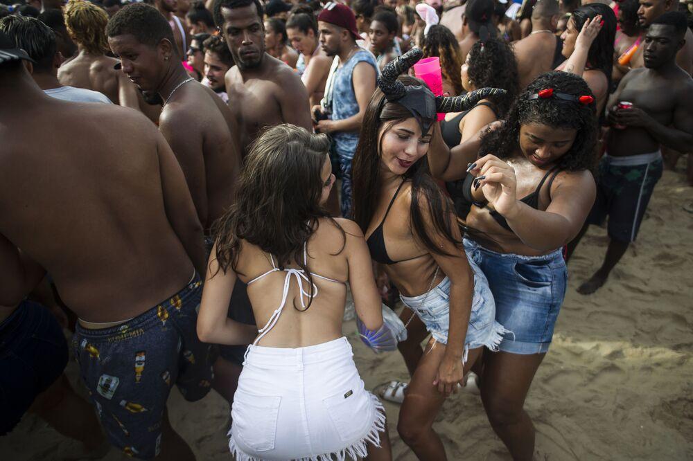 Mulheres dançam durante o Bloco da Favorita na festa de rua na praia de Copacabana, no Rio de Janeiro, 12 de janeiro 2020