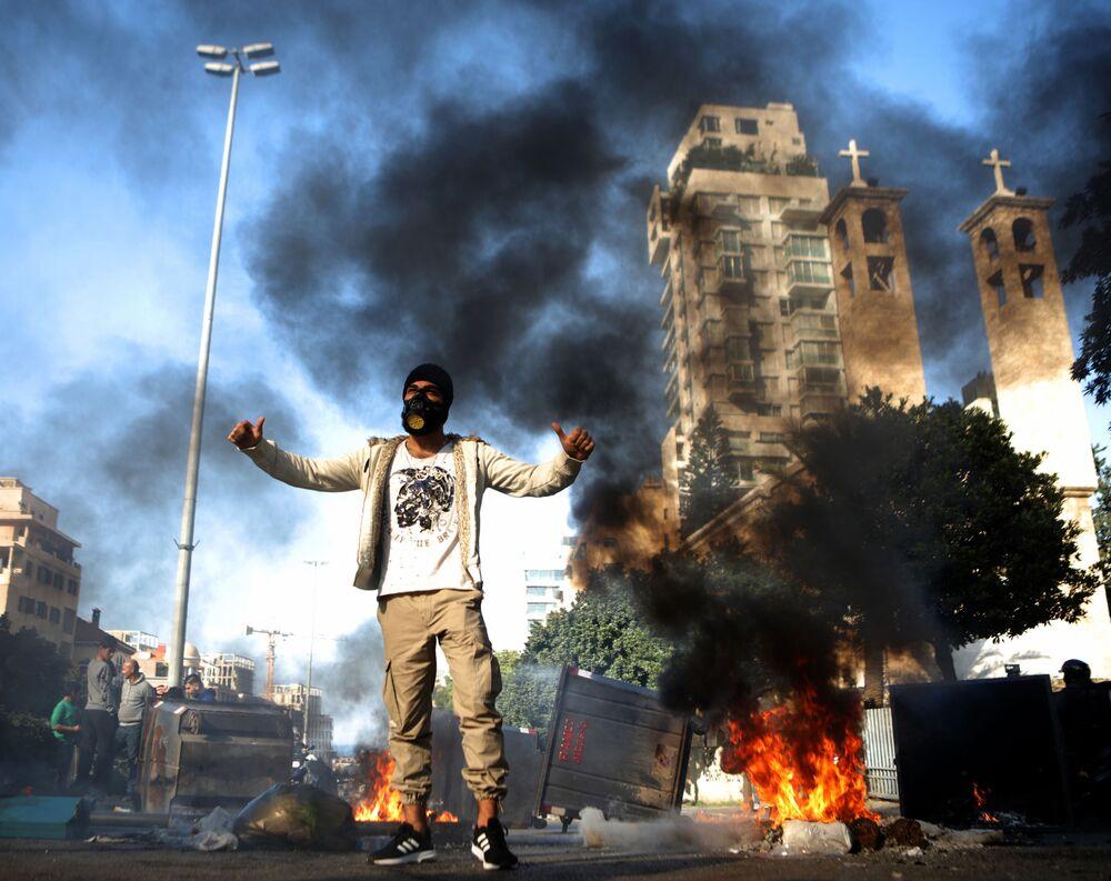 Participante em protesto antigovernamental em Beirute, Líbano