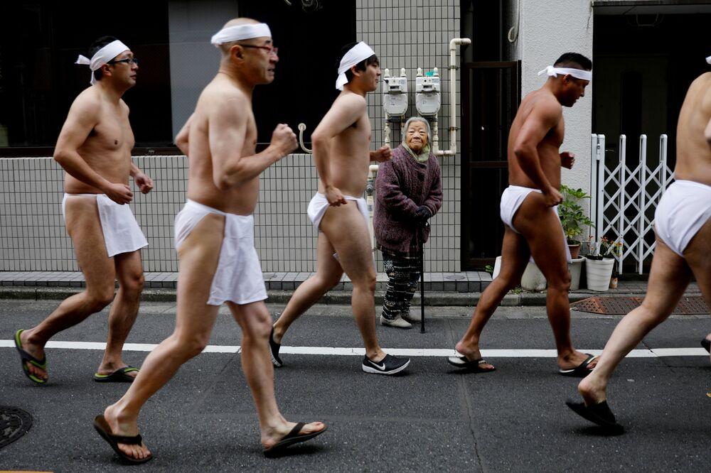 Japoneses durante cerimônia de purificação de almas e de boa saúde em Tóquio, Japão