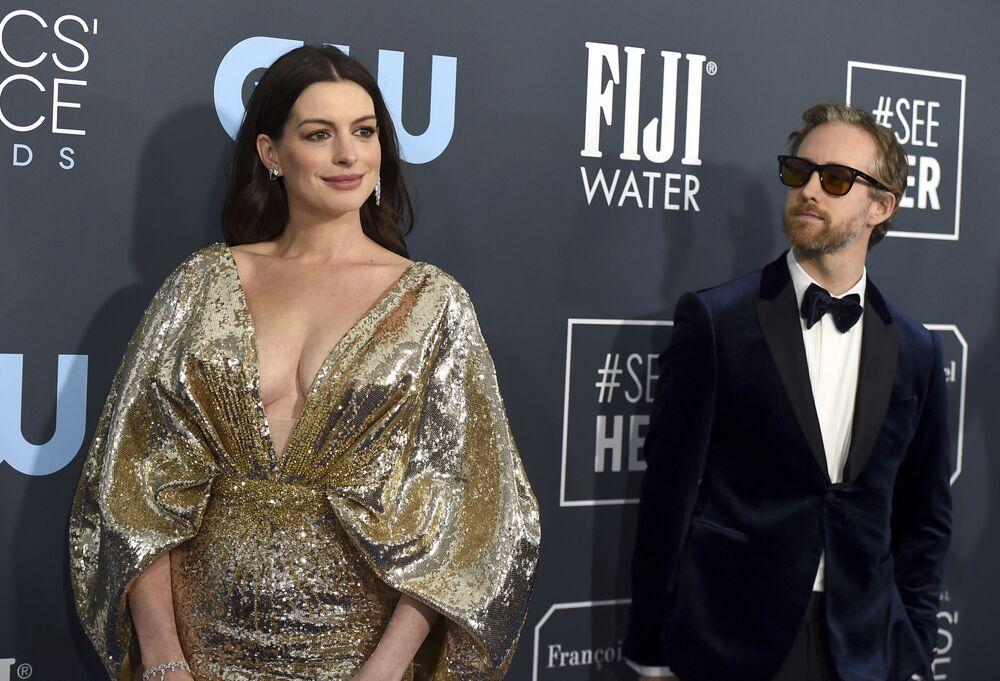 Anne Hathaway e Adam Shulman na cerimônia do Critics' Choice Awards em Santa Monica, Califórnia
