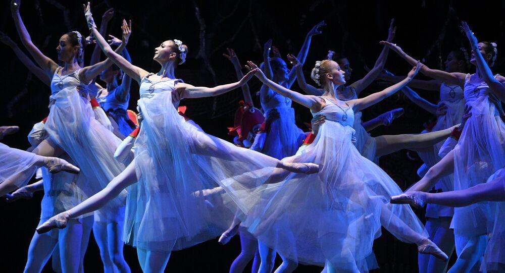 Bailarinas atuam no Teatro Bolshoi em Moscou, Rússia