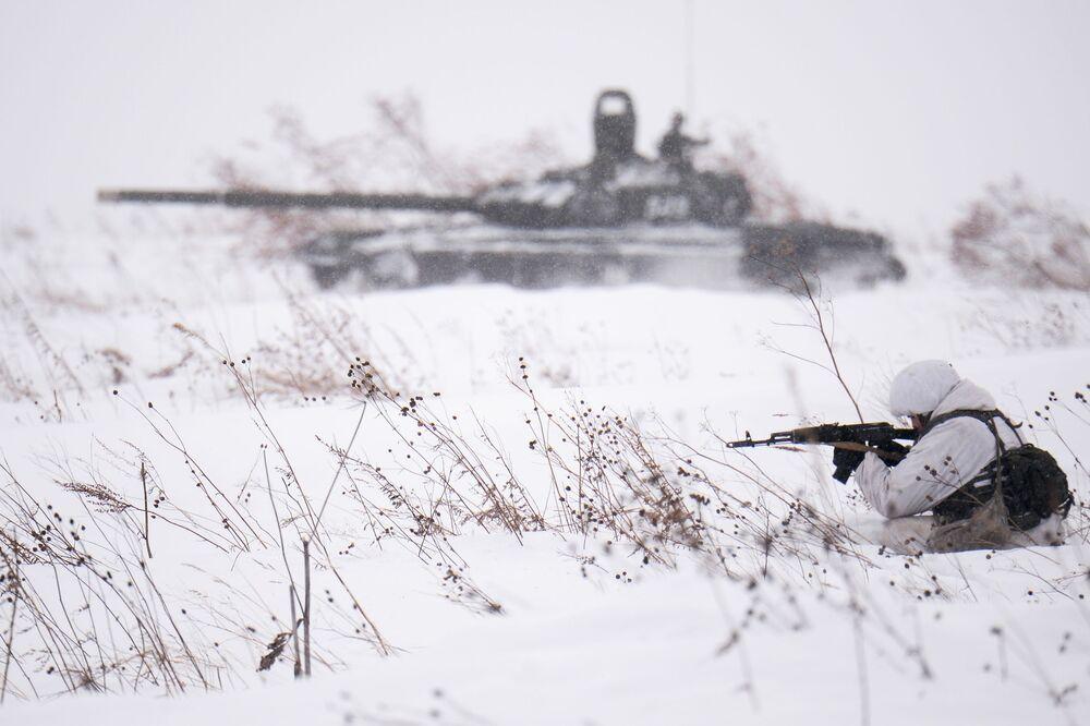 Tiro de combate como parte das aulas de treinamento de esqui na região de Kemerovo, na Rússia